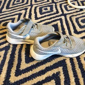 Nike toddler sneaker sz 9, light gray